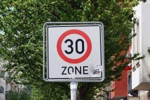 Die 30er-Zone wird innerhalb geschlossener Ortschaften mit dem Zeichen 274.1 markiert.