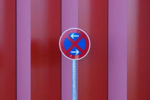Verkehrszeichen zeigt absolutes Halteverbot an