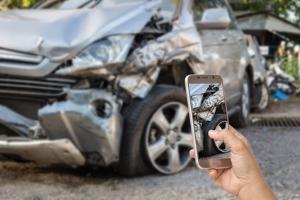 Wie Sie nach einem Autounfall vorgehen, entnehmen Sie detailliert unserer Checkliste.