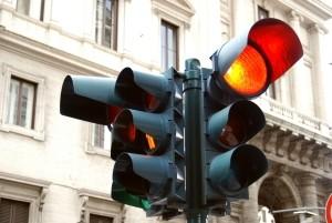 Wer bei Rot fährt, hat gute Chancen auf ein Blitzerfoto.
