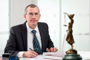 Betroffene sollten den Bußgeldbescheid und die Gebühr prüfen. Manchmal kommt es zu Fehlern, ein Anwalt kann dann helfen.