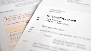 Der Bußgeldbescheid enthält eine Gebühr, da die Behörde ihre Auslagen umlegen darf.