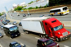 Der Bußgeldkatalog Lkw sieht spezielle Geschwindigkeitsbegrenzungen für Transporter vor.