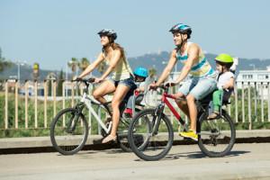 Um auf dem Fahrrad ein Kind mitzunehmen, muss ein spezieller Sitz angebracht sein.