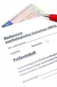 Wer ein Fahrverbot wegen Alkohol erhalten hat, wird oft erst nach bestandener MPU wieder fahren dürfen.