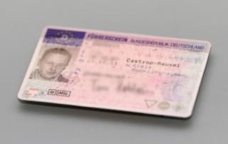 Ob Sie den Führerschein abgeben müssen, weil ein Fahrverbot droht, verrät Ihnen der Bußgeldkatalog.