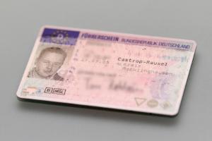 Um den Führerschein in einer Klasse zu erhalten, müssen Sie die Fahrschule besuchen.