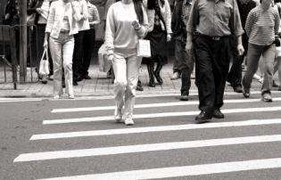 Wer als Fußgänger die Fahrbahn überquert, muss dies unter Beachtung der Verkehrslage tun.