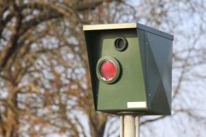 Um eine Geschwindigkeitsüberschreitung festzustellen, bedient sich die Polizei sowohl festen als auch mobilen Blitzern