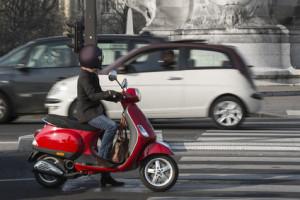 Eine Helmpflicht für Radfahrer besteht nicht, wohl aber fürs Moped und Motorrad.