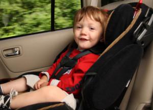 Kinder auf dem Beifahrersitz zu transportieren, ist bei Einhaltung bestimmter Regeln möglich
