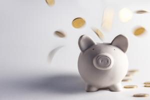 Die Kosten der MPU hängen unter anderem von dem Anlass ab und ob Abstinenznachweise verlangt werden.