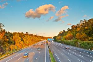 Das Lkw-Fahrverbot für Sonn- und Feiertagen soll Lärmbelästigung mindern und den CO<sub>2</sub>-Ausstoß verringern.