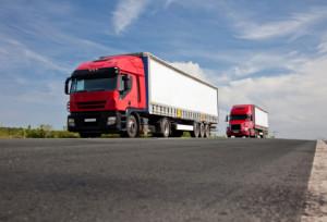 Lkws sind Nutzfahrzeuge, die vor allem im Warentransport zum Einsatz kommen.