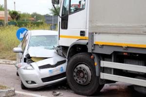 Ein Lkw-Unfall mit einem Pkw kann schnell tödlich enden.