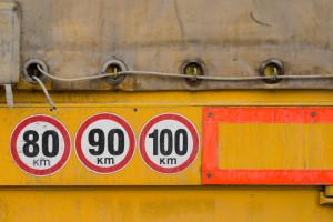 Die maximale Geschwindigkeit für Lkw über 3,5 t beträgt außerorts 80 km/h
