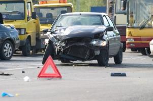 Nach einem Unfall: Was ist zu tun? Als erstes sichern Sie die Unfallstelle ab und helfen Verletzten.