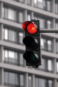 Wer eine rote Ampel mit Blitzer überfährt, hat ein hohes Bußgeld zu erwarten