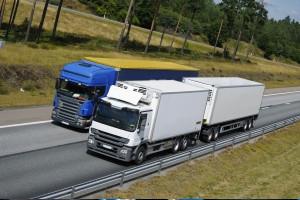 Ein Schwerer Lkw-Unfall kann auch bei riskanten Überholmanövern geschehen.