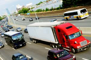Ein Überholverbot für Lkw besteht aus gutem Grund.